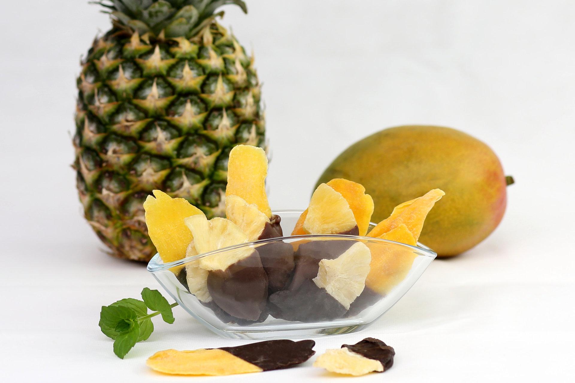 Halbschokolierte exotische Trockenfrüchte